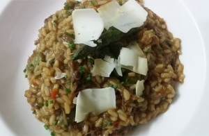 Disfruta de una comida especial: Vieiras rellenas y arroz meloso en Asador La Caverna